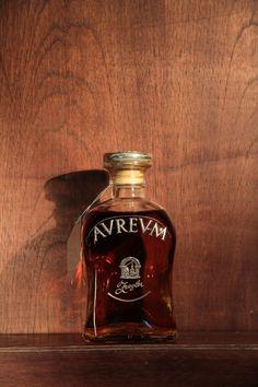 Aureum - Linda garrafa com design diferenciado com rótulo e tapa metálica