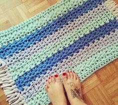 #Tutorial fresco fresco para estos días de vacas Sí queréis aprender a hacer esta alfombra de #trapillo rectangular tan chula ya sabéis, link directo en bio para ir al canal de #youtube  Facilísima y monísima, oiga ¡A ver quién se hace la suya que seguro que os quedan más bonitas que la mía! Besos y a disfrutar de estos días amiguis  #crochet #ganchillo #handmade #carpet #decor #room #DIY #crochetlover #ganchilloxxl #ganchilloxl #crocheting