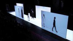 BLOQUES ENTRE MEDIO CON PROYECIONES DE LOR ROBOTS CAMINANDO. O BIEN PARA LAS PAREDES BLANCAS DEL TEATRO.   Future of Fashion 2014 catwalk by architect Frank Minnaërt