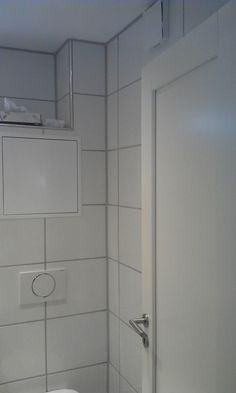 Totalrenovering av lite #bad på 3,3m2 med hvite fliser og smart #oppbevaring over toalettet.