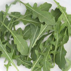 ¿Sabías que la rúcula es rica en vitamina A? Además, la mayor parte de su composición es agua, así que su aporte calórico es reducido, pero aún así tiene un sabor intenso.