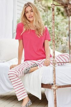 Women's Minimalist Wardrobe 2-4 lounge-wear items – These items should be the comfiest that you own. They can be pyjama bottoms, leggings or joggers.