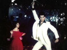 Tras pasar 17 años desaparecido, el icónico traje blanco de disco que usó John Travolta en la película Fiebre de Sábado por la Noche (Saturday Night Fever, de 1977) volvió a ser visto.  El vestuario de Tony Manero fue vendido en 1995 por unos 146 mil dólares a un comprador anónimo, durante una subasta realizada por la casa de remates Christie's, y nunca más se supo lo que sucedió con él, hasta ahora.