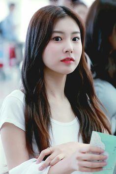 She so beautiful 😍 Kpop Girl Groups, Kpop Girls, Sakura Miyawaki, Japanese Girl Group, Kim Min, The Wiz, Beautiful Asian Girls, Yuri, Fandom
