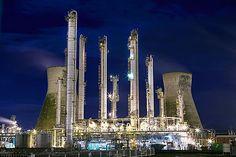 「工場萌え」女子にはたまらない メタリックに輝く英国の石油精製所