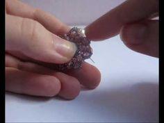 Ho dedicato quest'ultimo video del 2012 ad un tutorial: realizzeremo insieme gli orecchini Candy, con perle, cipollotti, delica e rocailles. Intanto colgo l'...