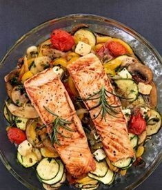 Oven-cooked vegetables with salmon; without potato or baguette side dish Low Carb ! Oven-cooked vegetables with salmon; without potato or baguette side dish Low Carb ! Healthy Chicken Recipes, Salmon Recipes, Fish Recipes, Healthy Snacks, Healthy Eating, Shrimp Recipes, Salmon Food, Salmon Dinner, Honey Salmon