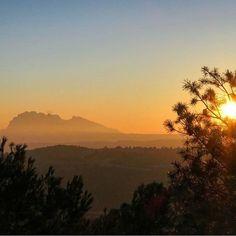 Acabem la setmana com és habitual amb un repost de l'etiqueta #BCNmoltmes.  Des de la Serra de les Maioles també es veu Montserrat tal i com ens ensenya @rogerden en aquesta fotografia. Des de quin punt has arribat a veure tu la muntanya màgica?  Explica'ns-ho!