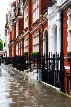 Notting Hill London UK ~ Quartier de Londres, dans le district de Kensington et Chelsea, à l'Ouest du centre et près du coin Nord-Ouest de Hyde Park. Il a la réputation d'être un secteur riche et à la mode, connu pour les terrasses attrayantes des grandes maisons urbaines victoriennes et des restaurants (en particulier autour de Westbourne Grove)