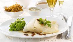 Lutefisk er nydelig i seg selv, men passer også godt til ulikt tilbehør. Ertestuing, bacon, potet, brunost, sennep og ikke minst sirup er med på å løfte måltidet til nye høyder.