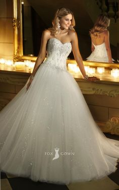 sparkling strapless sweetheart beaded corset lace bodice ball gown wedding dress.       My dream wedding gown!!