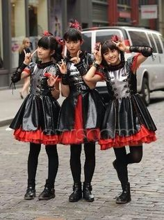 Ha...leave it to Moa to figure 4 pose