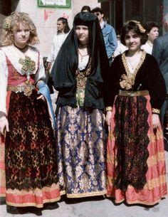 Women in Albanian dress - Piana degli Albanesi - Wikipedia, la enciclopedia libre