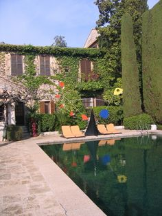 The legendary Colombe D'Or in St Paul de Vence Black Bottom Pools, Travel Bugs, South Of France, Places To Go, Around The Worlds, Exterior, Mansions, House Styles, Luxury Hotels