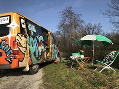 """Unser gelber Custon Camper """"ROADYONE"""" eignet sich perfekt für einen unvergesslichen Roadtrip. Und das tolle ist - wir vermieten bereits ab jungen 18 Jahren. Miete unseren Camper jetzt online und erlebe den Road Trip deines Lebens."""