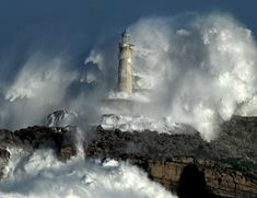 la puissance de la tempête II (orage phares vagues d'eau).  Photo par lunada