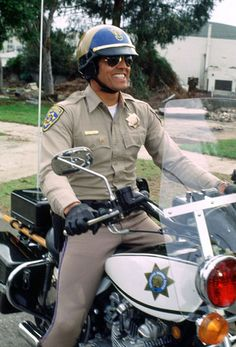 CHiPs, starring Erik Estrada (Ponch) and Larry Wilcox (John). A TV show of two California Highway Patrol motorcycle officers. Armadura Ninja, 70s Tv Shows, Cop Show, Men In Uniform, Cultura Pop, Classic Tv, Police Officer, Police Cars, Cops