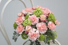 Noble Pink - Blumenabo von StarFlower  In feinstem Rosa blühen in dieser Woche Edelnelken und dezent duftende Rosen, die von frühlingshaften Schneeballblüten begleitet werden. Star Flower, Floral Wreath, Flowers, Pink, Decor, Wedding Bride, Creative, Floral Crown, Decoration