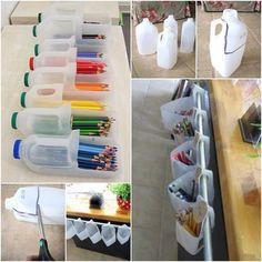 des rangements avec des bidons en plastiques