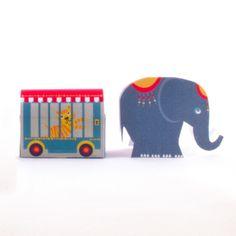 : printbaar knipvel Circuskaravaan voor om doosjes Smarties of rozijnen (traktatie van HomemadeHappiness.nl)