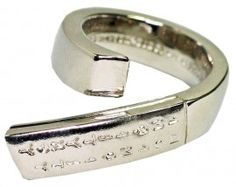Antonio Massarutto - Skyphos ring. The etruscan alphabet characters are engraved on the top. Simple and luminous finishing.  Kunstcadeaushop.nl