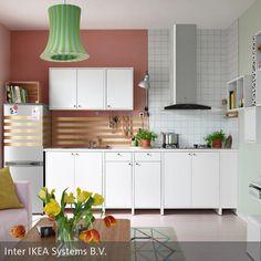 Die Goldstreifen an der Wand und dem Kühlschrank schaffen einen interessanten optischen Effekt. Durch die symmetrischen Linien wirkt die Küche größer, die…