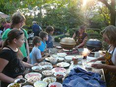 Een kinderfeestje met de keramische pizza oven van African Flame. Tafel vol ingrediënten (gezond en uiteraard ongezond :), kids helemaal trots op hun eigen gebakken pizza en buikjes vol
