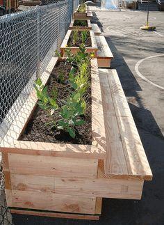 Leercentrum Merksem maakte samen met leerlingen houten zitbanken met bloembakken.