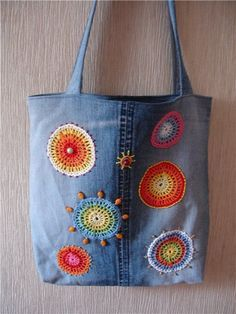 Bolsa con bordados Reciclar pantalon tejano jeans Actual facil moderna manualidad coser costura Verano Primavera Moda Mujer Upcycled denim bag with colour flowers for woman Джинсовый шок! Diy Sac, Sacs Diy, Denim Tote Bags, Recycled Sweaters, Denim Crafts, Upcycled Crafts, Fabric Bags, Handmade Bags, Handmade Leather