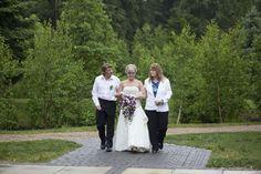 Bride and groom photography ideas pose www.cwillsphotography.com   Devonian Gardens Edmonton outdoor wedding   Calgary Wedding Photographers