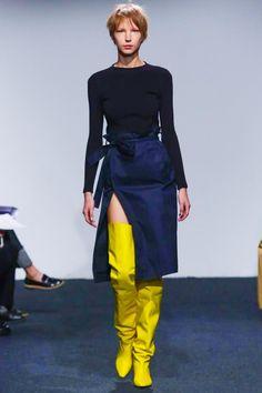 Jupes asymétriques et cuissardes au défié Vêtements Printemps-Été 2015 à la Fashion Week de Paris