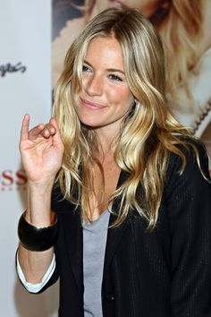 Sienna Miller always has nice, natural looking hair. Sienna Miller always has nice, natural lookin Sienna Miller Hair, Sienna Miller Style, Sienna Miller Fringe, Grown Out Blonde Hair, Grown Out Bangs, Hair Inspo, Hair Inspiration, Surfer Girl Hair, Beauté Blonde