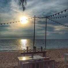 【raybenjy】さんのInstagramをピンしています。 《L e t ' s  S i t  O v e r  H e r e ☺️😘 . #sithere #sitoverhere #beachfront #beachparty #beachdinner #vacation pattaya #thailand #happytime #beach #sea #sand #sky #ocean #ビーチ #海 #砂 #空 #undonework #tired #wannasleep #goodnightworld #😘》