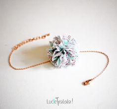 Bracelet chaîne très fine et pompon corail /vert d'eau : Bracelet par luciesanschichi