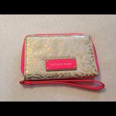✨Victoria secret wristlet✨ Gold leopard Victoria secret wristlet. zips close on all sides Victoria's Secret Bags Clutches & Wristlets