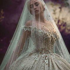 Deslumbrante! ❤❤ . . . . . . . #vestidodenoiva #noiva #noivas #casamento #casamento2016 #casamentoblindado #bride #bridal #brides #wedding #weddings #weddingday #weddingdress #weddingideas #weddingphotographer #photography #planner #l4l #photo #photographer #photoshop #dream #princess #sonhocasamento