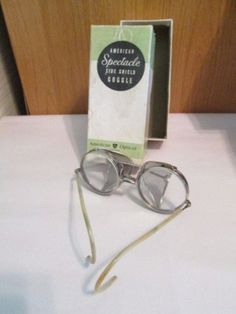 24acd02b78 VINTAGE-SAFETY-GOGGLE-EYEGLASSES-GLASSES -IN-ORIG-BOX-AMERICAN-OPTICAL-SPECTACLE