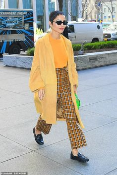 Zoe Kravitz stands out in a yellow coat - - The daughter of Lenny Kravitz wore a yellow suede coat over a mustard-colored sweater with plaid slacks. And the Big Little Lies vet also carried a bright lime green colored purse. Zoe Kravitz Style, Lenny Kravitz, Street Style Looks, Casual Street Style, Zoe Kravitz Braids, Zoe Isabella Kravitz, Look Fashion, Fashion Outfits, Ny Fashion