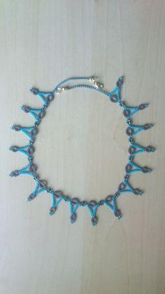Collier ras de cou dentelle frivolité coton gris et bleu, rocailles : Collier par lanavetteauxbijoux
