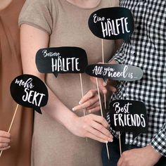 70 Schilder für eure Photobooth: Einfach downloaden, ausschneiden und nach Lust und Laune kombinieren. http://www.weddingstyle.de/photobooth-schilder/?utm_campaign=coschedule&utm_source=pinterest&utm_medium=weddingstyle&utm_content=Accessoires%20f%C3%BCr%20die%20Photobooth