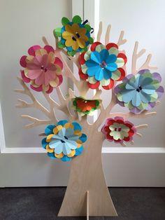 Seizoensboom Lente. Kleurige bloemen, gemaakt van vouwblaadjes.