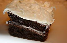 Chocoladetaart met Bailey's, wat wil je nog meer? Wij kunnen er niet genoeg van krijgen: een heerlijk glaasje Baileys gaat er bij ons altijd. Nóg lekkerder is het om het heerlijke, romige drankje te verwerken in een lekkere chocoladetaart. En zo maak je dat! Dit heb je nodig: Voor de taart