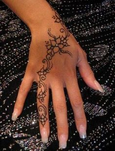 Hand tattoo with dermals. Hand tattoos are to die for. The dermals make it that much more perfect. Henna Tattoo Designs, Henna Tattoo Hand, Best Tattoo Designs, Tattoo Finger, Cute Henna Tattoos, Henna Hand Designs, Henna Inspired Tattoos, Mehndi Designs, White Tattoos