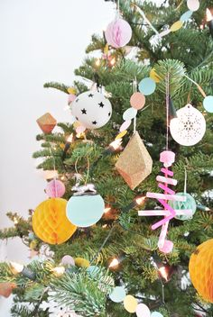 holy crap, what an adorable modern bunch of xmas tree decorations! wow!