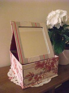 やっと、やっと完成しました!!! パリで習いそのままず~っと放置状態にしていた『ミラー&引き出し付きの箱』です。 あまりに長い間置いてしまったので作り...