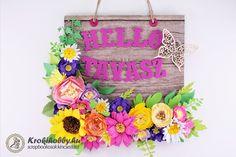 Köszöntsük a tavaszt, egy szép és egyszerűen elkészíthető ajtódekorációval. Tartsatok velem! Craftsman, Floral Wreath, Scrapbook, Wreaths, Spring, Frame, Diy, Ideas, Home Decor