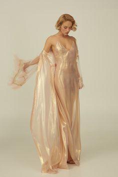 aus seide Rose Gold Silk Set with Robe and Nightgown Rose Gold Silk Set with Robe and Nightgown Look Fashion, Runway Fashion, High Fashion, Fashion Design, Pretty Outfits, Pretty Dresses, Beautiful Dresses, Mode Outfits, Fashion Outfits