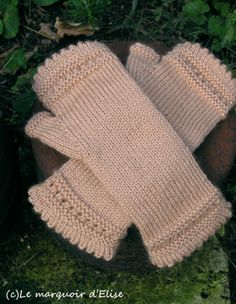Mitaines dentelle - Fingerless with lace pattern Knitting Paterns, Knitting Stitches, Knitting Projects, Hand Knitting, Crochet Patterns, Fingerless Gloves Knitted, Knit Mittens, Knitting Accessories, Vintage Knitting