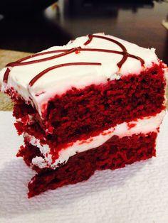 Esta receta de pastel de red velvet es muy rica, el betún blanco le da un gran sabor. Pruébalo te encantará.