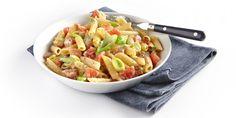 Verhit de olijfolie en bak hierin de knoflook en spekblokjes. Schep de spekjes uit de pan. Roerbak de prei 2-3 minuten in het bakvet bij de knoflook. …